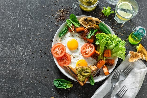 Table de petit déjeuner sain oeufs sur le plat légumes champignons champignons toasts copyspace