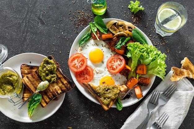 Table de petit-déjeuner saine table de petit-déjeuner œufs sur le plat légumes champignons toast vue de dessus