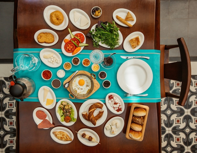 Table de petit déjeuner vue de dessus avec des aliments mélangés.