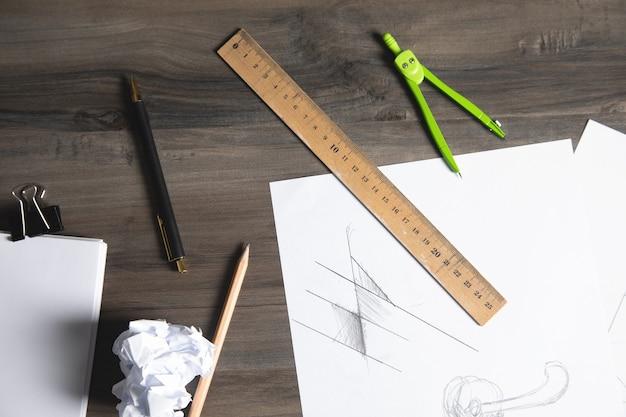 Sur la table un pied à coulisse, une règle et un crayon