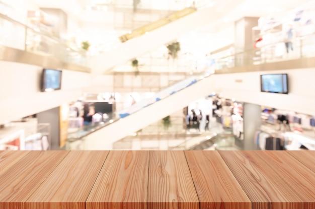 Table en pin en bois sur le dessus sur fond flou, peut être utilisée comme maquette pour l'affichage de produits de montage ou la mise en page de conception.