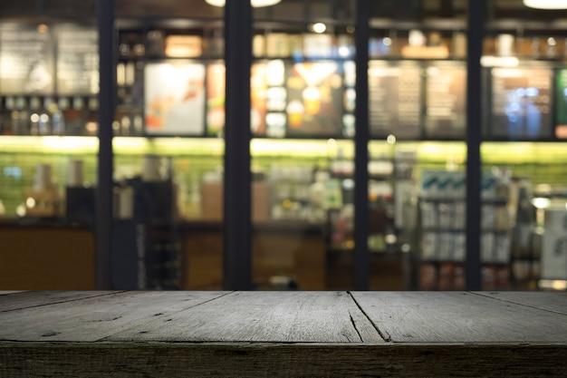 Table ou plancher avec un café flou cafe magasin restaurant avec fond bokeh.