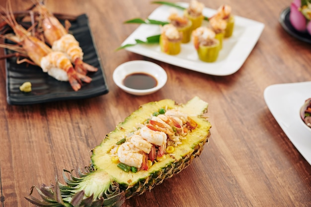 Table avec des plats sud-asiatiques