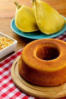 Table avec des plats traditionnels et des bonbons pour festa junina. gâteau au maïs.