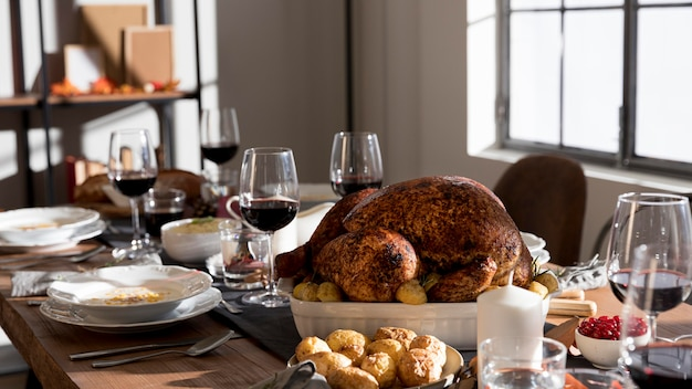 Table avec des plats traditionnels pour le jour de thanksgiving