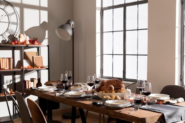 Table avec des plats traditionnels servis le jour de thanksgiving