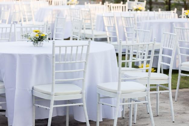 Table en plein air à la réception de mariage