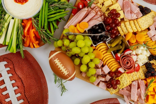 Table pleine de délicieuses collations pour une partie de football pour les fans.