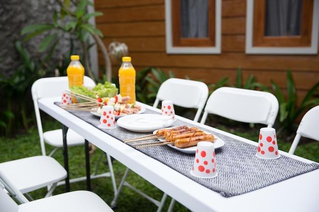 Table pleine de plats faits maison