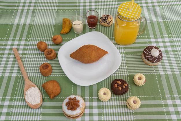 Table avec plusieurs snacks brésiliens
