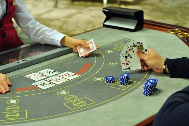 Table de poker de casino réel avec main de joueur avec un brelan