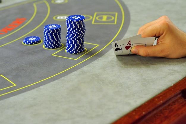 Table de poker de casino réel avec main de joueur avec deux as
