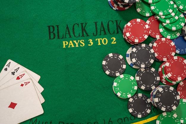 Table de poker avec jetons et argent