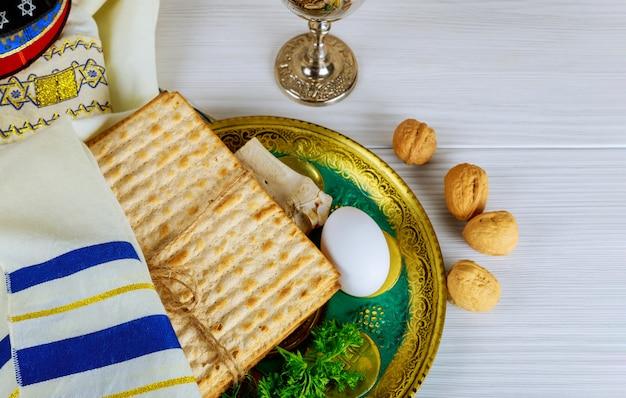 Table préparée pour le rituel traditionnel de la plaque de seder de la fête juive de la pâque.