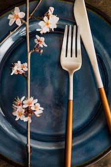 Table de printemps avec une branche d'arbre fleurissant
