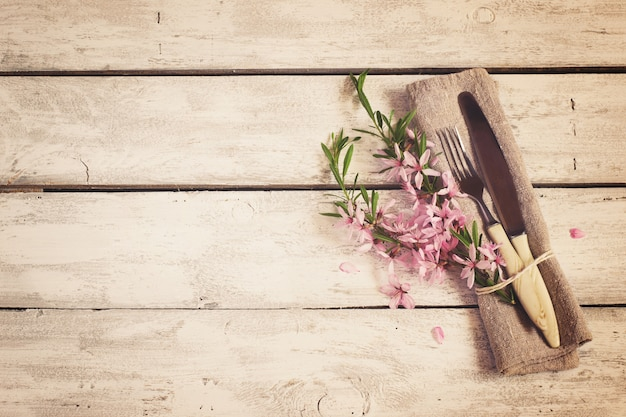 Table de printemps avec fleurs d'amandier et couverts