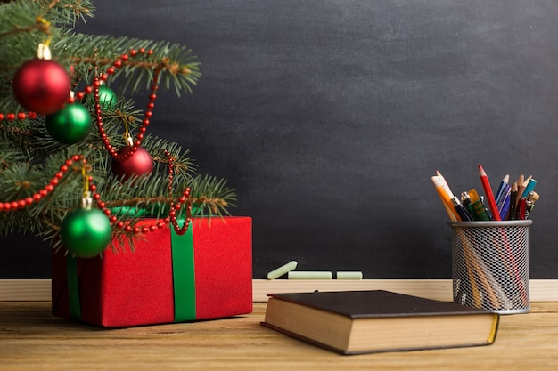 Table de professeur avec livres, agenda et tableau