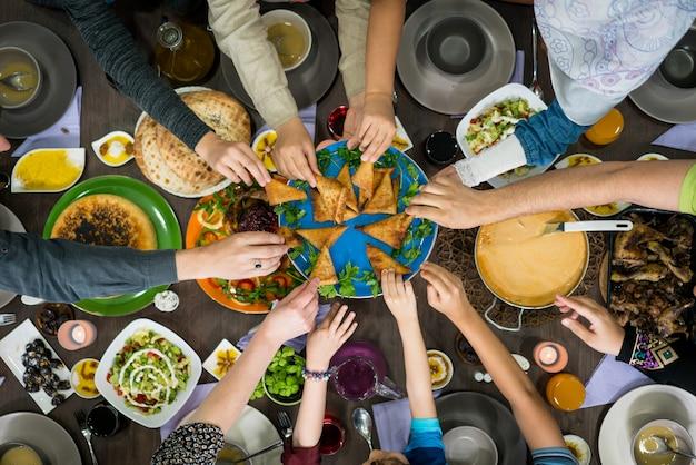 Table de profiter de la nourriture avec la famille et les amis vue de dessus