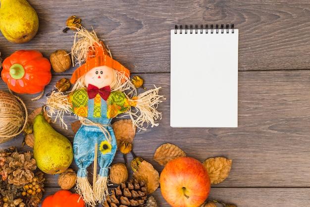 Table recouverte de légumes et de bloc-notes