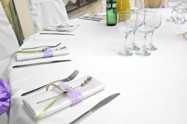Table de restaurant avec couteau à couverts et fourchette