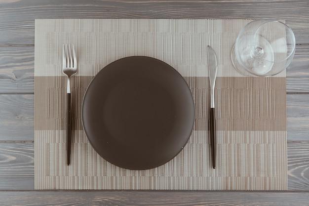Table de restaurant avec des couverts