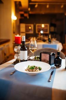 Table de restaurant servie avec pâtes tagliatelles aux champignons