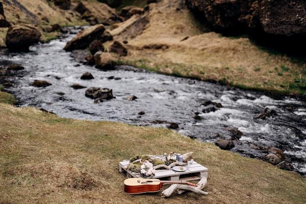 Table romantique pour deux sur les rives de la montagne sur l'herbe en islande
