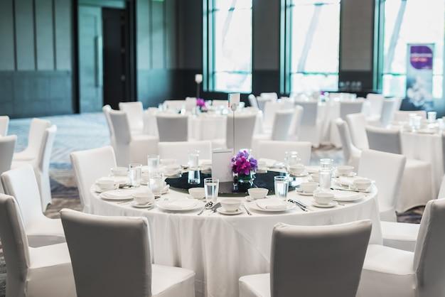 Table ronde blanche servie au restaurant