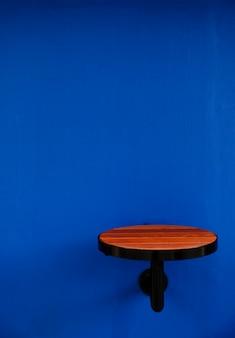 Table ronde en bois fixée à un mur