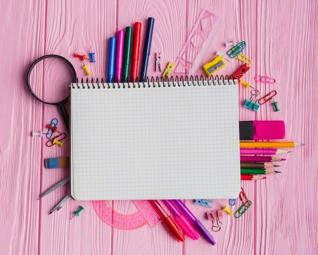 Table rose avec matériel scolaire