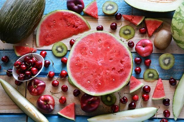 Table rustique pleine de morceaux de pastèque, melon