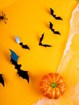Table rustique vide en face du fond de toile d'araignée, fond orange avec des chauves-souris et des toiles d'araignées, halloween