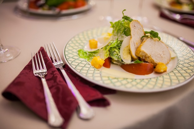 Sur la table salade césar avec des couverts