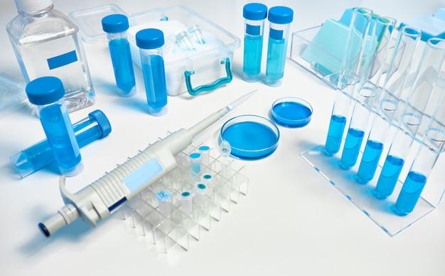 Table scientifique avec configuration pour une expérience