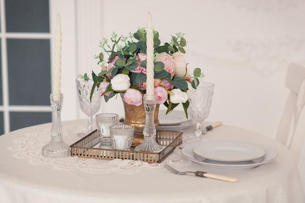 Table servant pour les mariés avec le décor, les verres en cristal et les fleurs