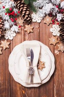 Table de service de noël dans un style shabby chic. décorations en gerbe d'épices