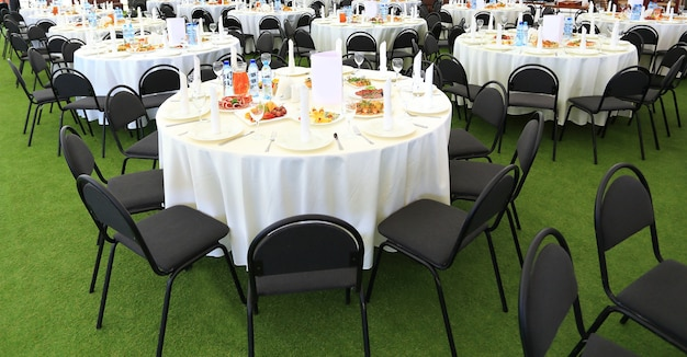 Table de service préparée pour une fête ou un mariage