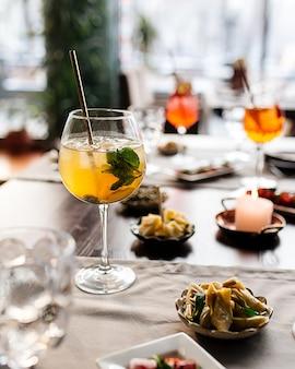Table servie avec cocktails apéritifs et apéritif