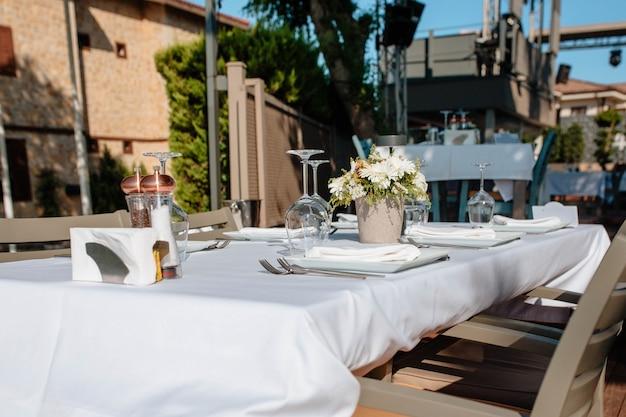 Table servie dans le restaurant en plein air. concept de vacances et mariage. entreprise de restauration d'hôtel