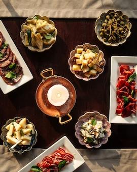 Table servie avec les différents apéritifs gourmands