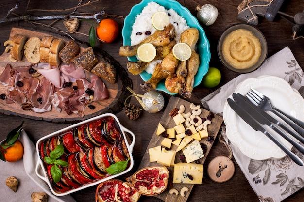 Table servie avec différents plats et collations.