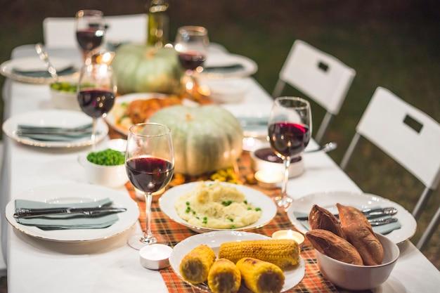 Table servie avec de la nourriture