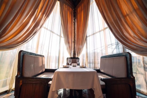 Table servie pour deux personnes.