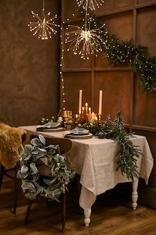 Table servie pour le dîner de noël, cadre festif avec décorations