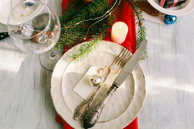 Table servie pour le dîner de noël dans le salon. décorations d'hiver