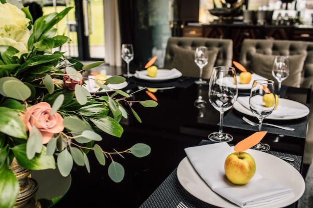 Table servie pour le dîner de noël dans le salon, vue rapprochée