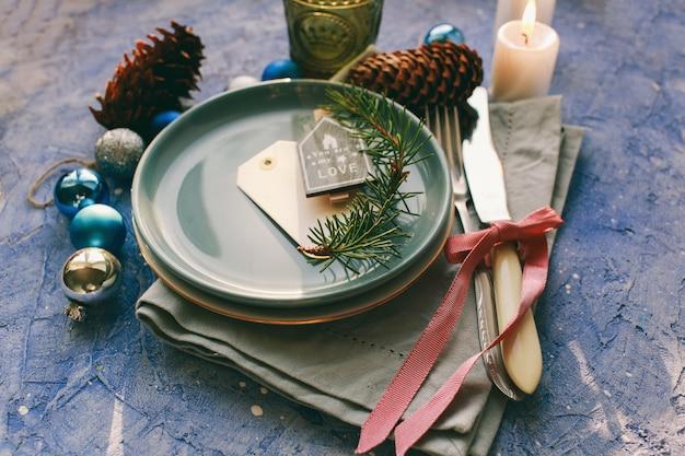 Table servie pour le diner de noël dans le salon