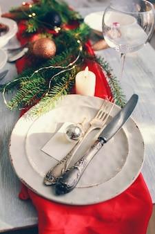 Table servie pour le dîner de noël dans le salon.