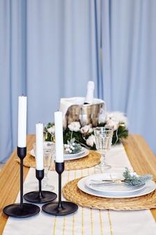 Table servie pour le dîner de noël dans le salon