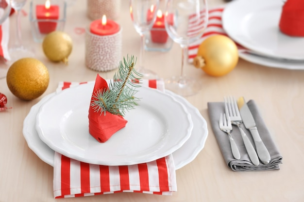 Table servie pour le dîner de noël, vue rapprochée